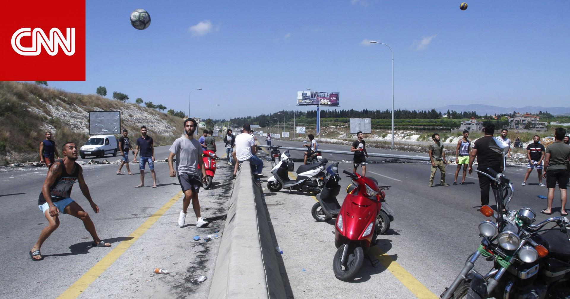 الرئيس اللبناني يعلن ضخ دولارات في السوق لاحتواء أزمة انهيار الليرة