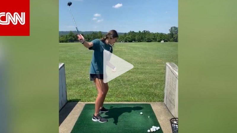 بيدٍ واحدة.. فتاة تخطف انتباه أساطير الغولف بضرباتها الفريدة