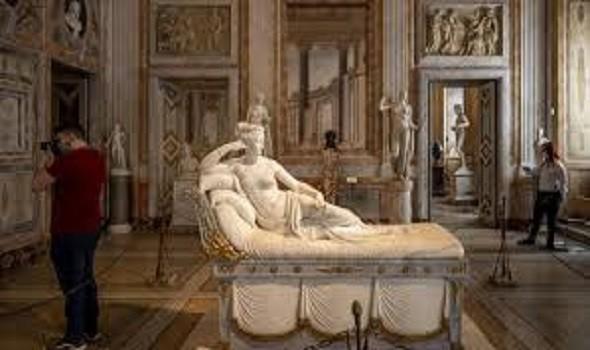 الكاميرات تفضح سائحًا نمساويًا شوه تمثالًا لشقيقة نابليون في متحف