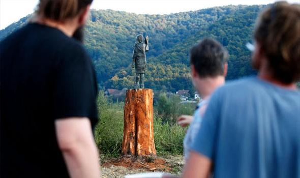 """تمثال """"برونز"""" لميلانيا ترامب بدلًا من """"المحروق"""" في سلوفينياتمثال """"برونز"""""""