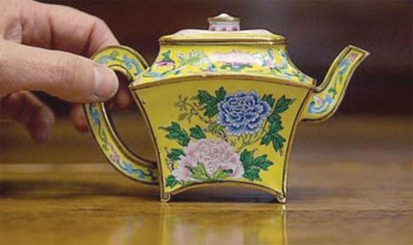 بيع إبريق شاي عُثر عليه في مرآب شمال إنجلترا بسعر