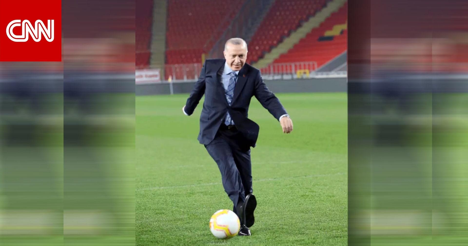 """صورة """"GIF"""" لأردوغان يسدد كرة بـ""""رؤية مسعود أوزيل"""" تثير تفاعلا"""