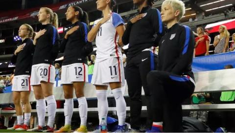 الاتحاد الأميركي يلغي رسمياً منع الركوع خلال عزف النشيد الوطني