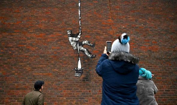 """""""بانكسي"""" يتبنى رسمًا على جدار سجن بريطاني"""