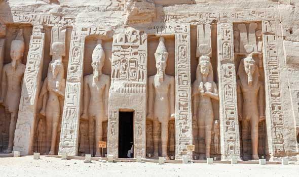 وزير السياحة المصري يلقي محاضرة لـ 56 سفيرًا عن تعامد